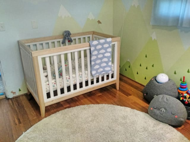 Cozy house (with baby room) in Columbia City!