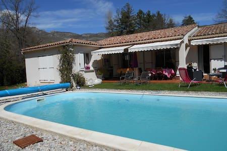chez evelyne  Vue montagne Piscine confort assuré - Noyers-sur-Jabron - House