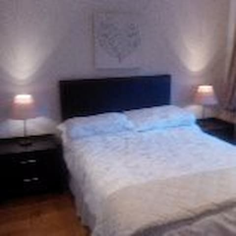 Lovely bedroom with private luxury ensuite - Cambuslang - Bed & Breakfast