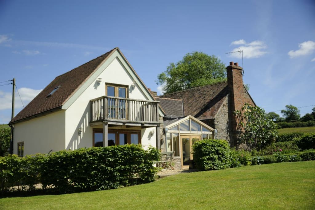 Lovely rural country cottage set in idyllic rural countryside.