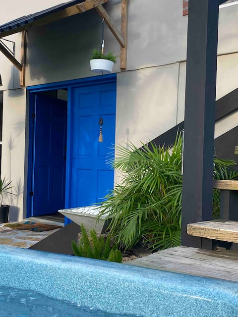 Blue Door Exotic Cabin with Hot Tub