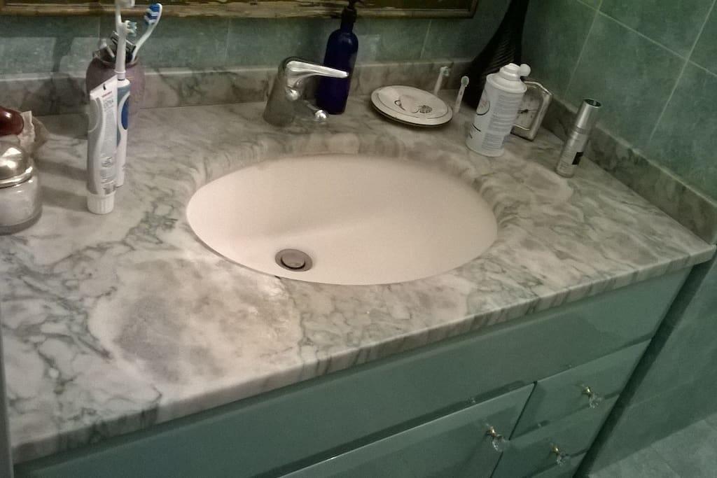 Lavabo con piano di marmo.  Sink with marble top.