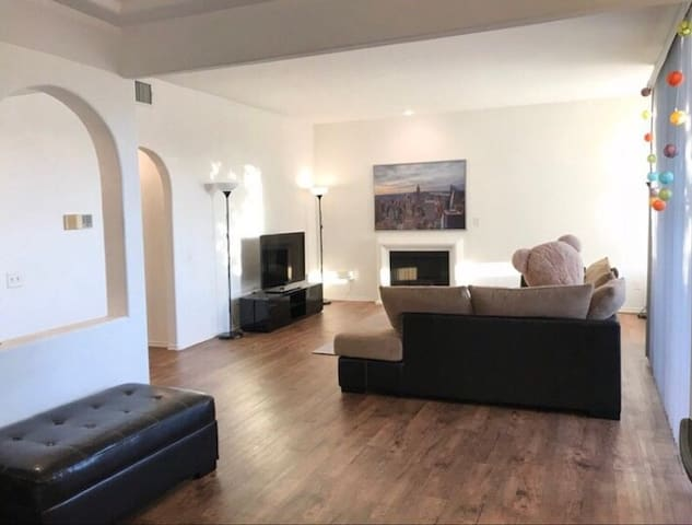Large One Bedroom West LA close to Brentwood