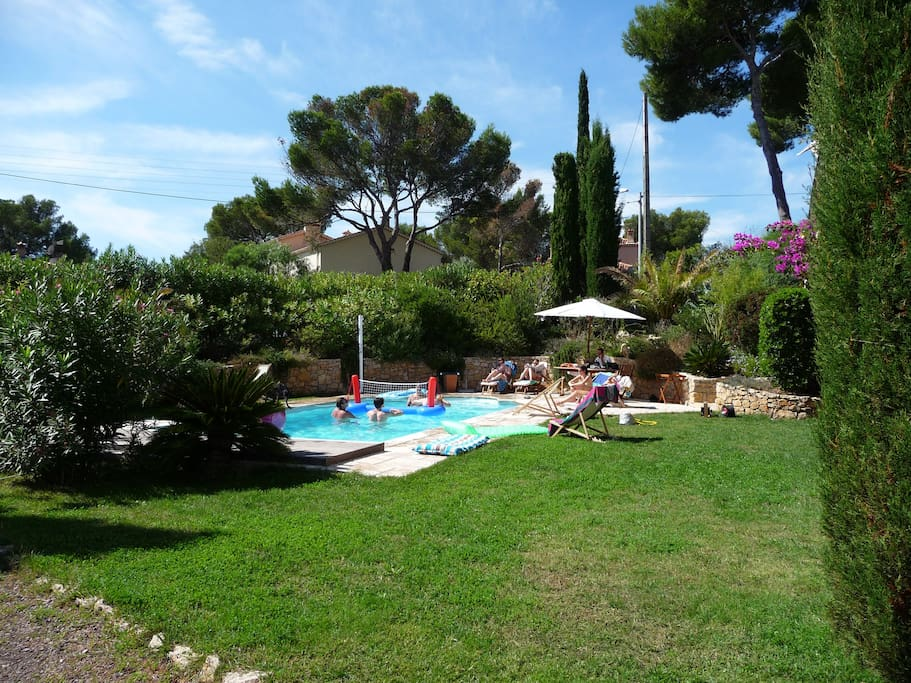 la piscine chauffée avec une partie du jardin
