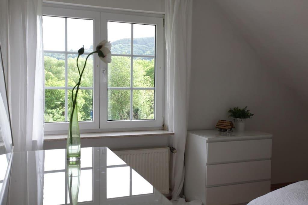 Blick aus dem Schlafzimmerfenster ins Grüne