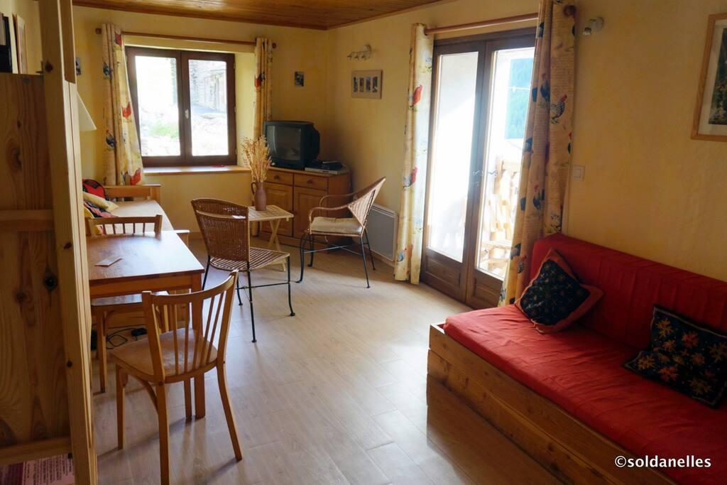 Salon- chambre avec 3 lits (dont 2 lits gigognes) ouvrant sur le balcon