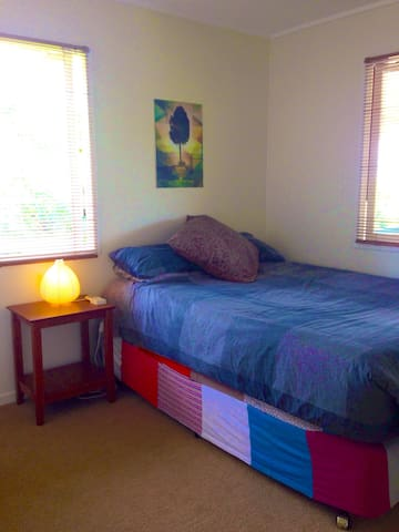 Queen bedroom in cosy home - Everton Hills - Dom