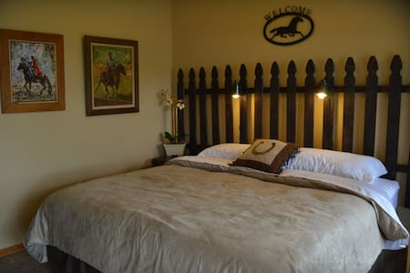 Night Bird Ranch B&B #5 The Equestrian (King) - Ledbetter - Penzion (B&B)