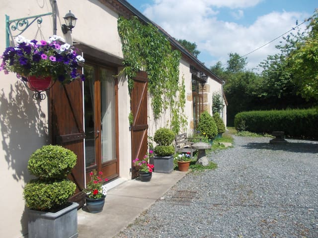 Stay-LesPoiriers - Moutier-Malcard - Bed & Breakfast
