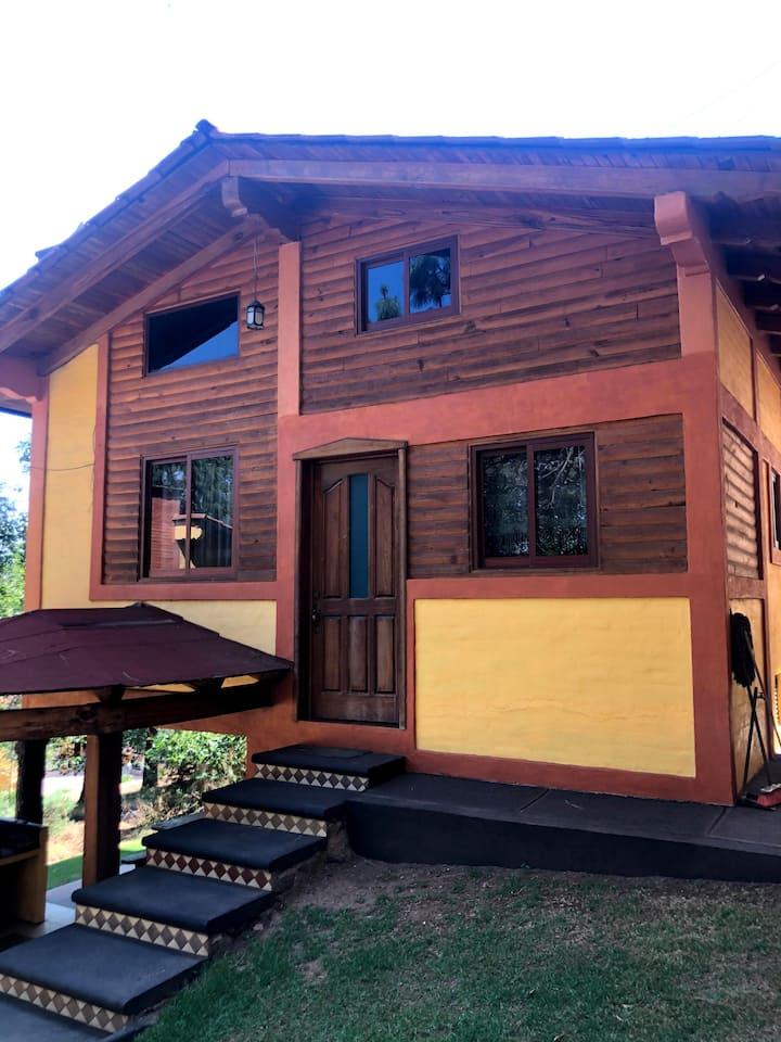 Los Cedros 2 cabaña ideal para pareja o familiar.