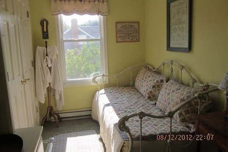 Historic Farmhouse Sampler Room - House