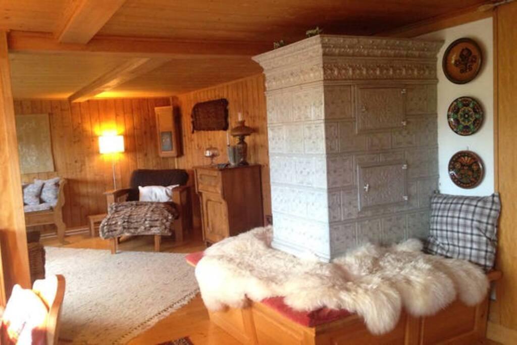 Blick in das Wohnzimmer mit Kachelofen