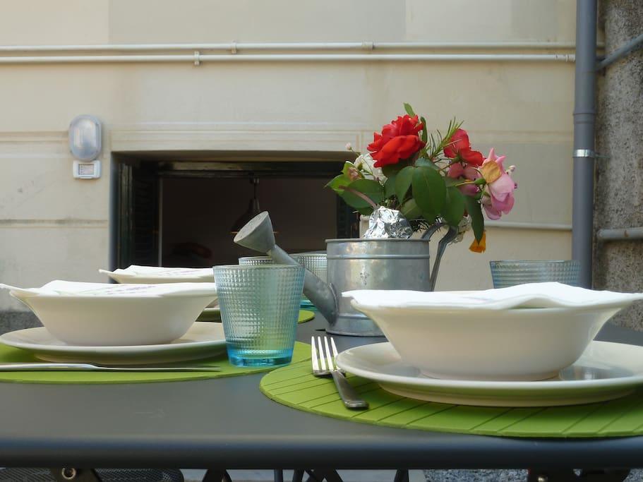 Il tavolo del giardino dove potrete mangiare all'aperto!
