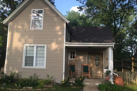 Fantastic 2BD home near Maplewood! - St Louis