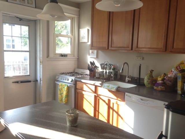 Fresh Clean Bedroom w/ Full Sz Bed - Collingswood - Haus