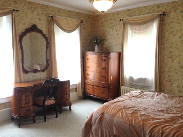 Charming Room, Convenient Location - Holyoke - 獨棟