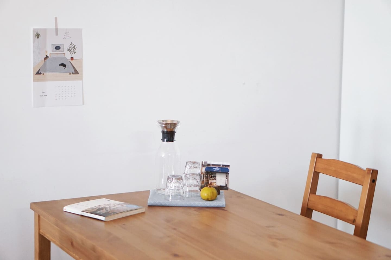 客厅的餐桌、玻璃水壶、水杯、房间内的书本
