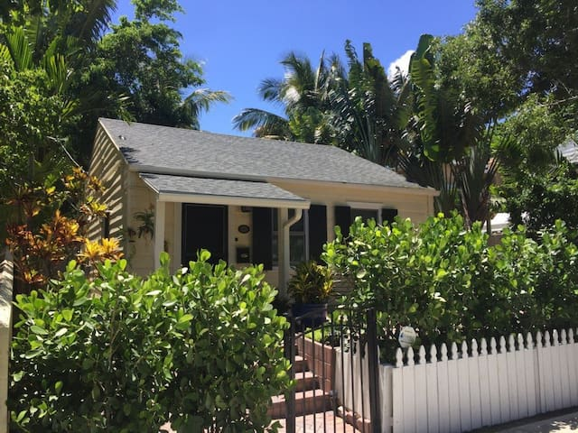"""""""You will Love this Charming Home"""" Flamingo Cottage"""