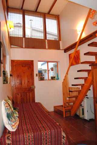 Primer nivel, con sofá cama, cocina, mini comedor, baño y acceso a encantador patio interior.