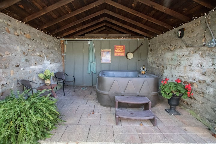 ROMANTIC COTTAGE~HOT TUB~IN TOWN~AppalacianTrail