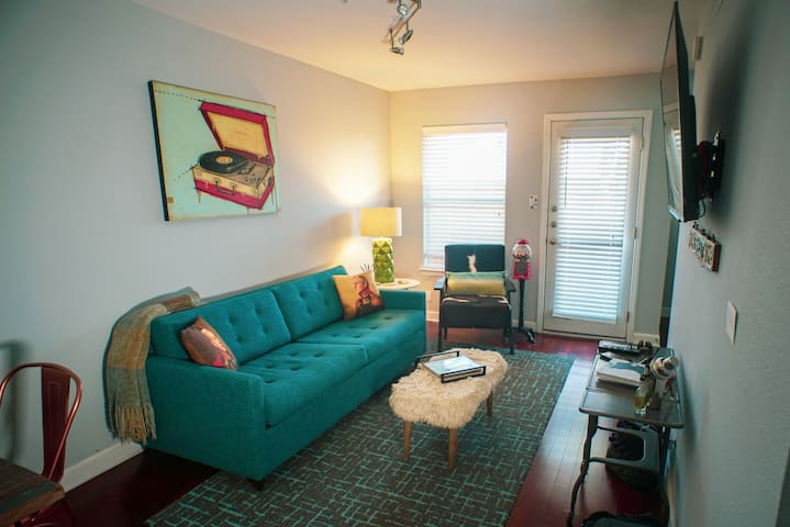 Superb SoCo Studio! Comfy Beds, Patio & Pool.