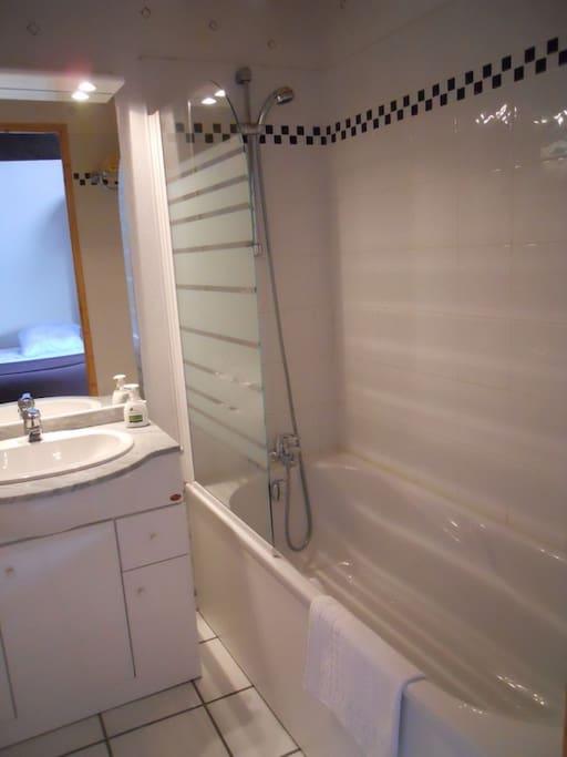 le salle de bain de la chambre beige