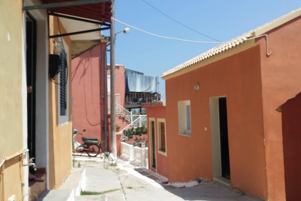 Das Haus links mit Bungalow direkt gegenüber-beide sind voll eingerichtet mit Küche, Bad, Dusche und Schlafbereich. Sie bieten jeweils Platz für 2-3 Personen und können getrennt oder zusammen gemietet werden. Die Terrasse hinter dem Bungalow kann von Mietern des Hauses genutzt werden