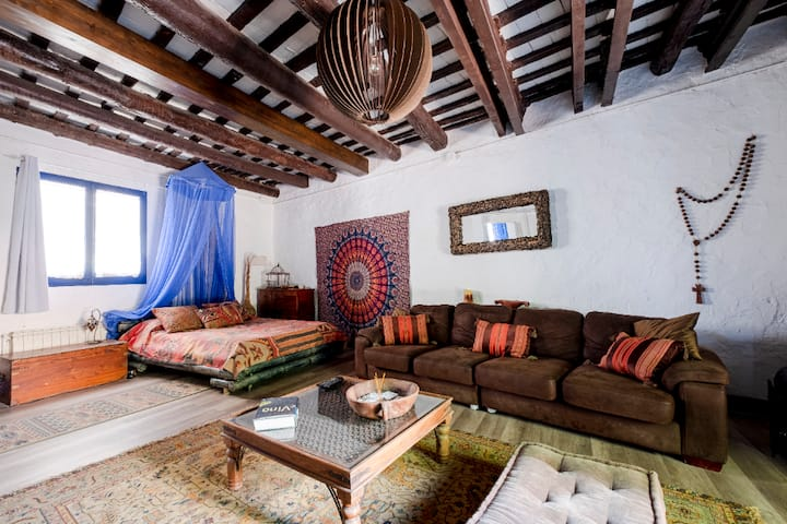 Large room in XVII century house next to Sitges
