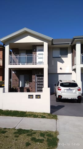 1 year old duplex close to M5, bus, train station. - Condell Park - Villa