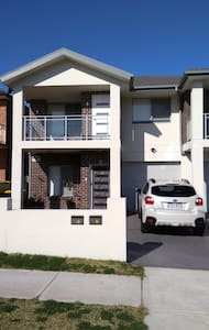 1 year old duplex close to M5, bus, train station. - Condell Park - Willa