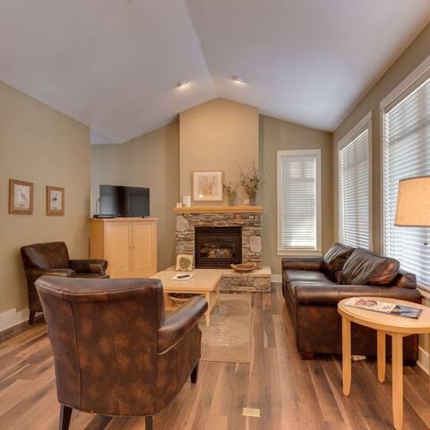 Stunning 2 Bedroom Craftsman Cottage at Prime Okanagan Golf Resort!