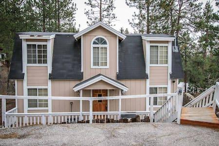 Fawnskin Family Retreat Cabin~ Fireplace, Flat Screen,Full Kitchen,Washer/Dryer~ - Fawnskin - Haus
