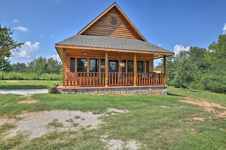 Log Cabin w/Great Yard- 2 Miles to Lake Hamilton!
