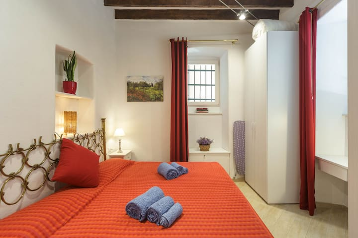 Bedroom with king size bed (190 cm x 200 cm) and a small writing desk