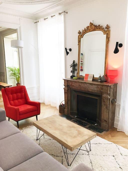Le salon de l'appartement, autre vue / The living room of the apartment, another view.
