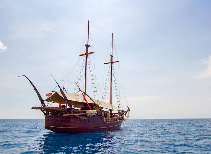 Authentic Phinisi Charter Yacht in the Gilis