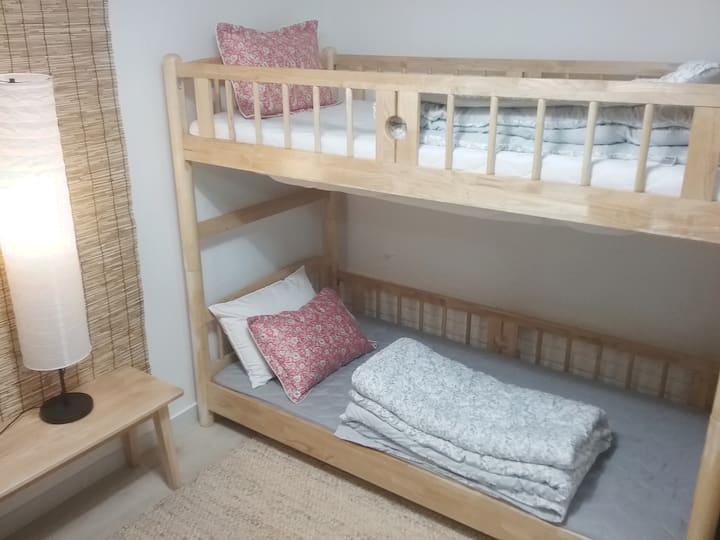 일 인실 이층 침대 위에 침대는 손님 짐칸. 장기투숙 환영합니다.