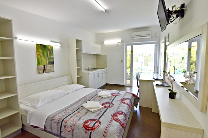 Elio 3 cozy studio, new, with pool, near the beach