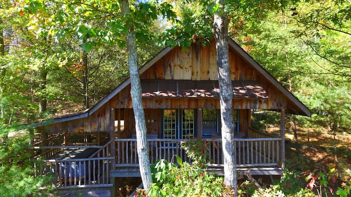 Private Romantic Treehouse, Hot Tub & Fireplace