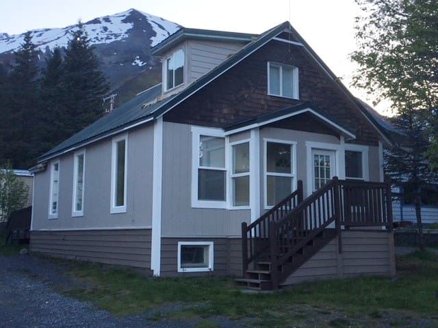 Downtown Cottage-Historic, Views and Location!