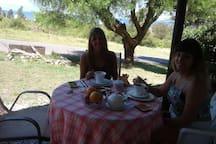 Huéspedes desayunando en el jardín