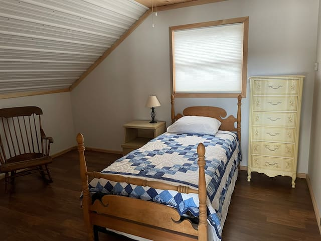 Upstairs bedroom (twin w/ trundle bed)