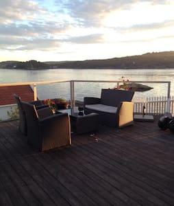 Flott hus i vannkanten m/ brygge og nydelig utsikt - Vestre Sandøya