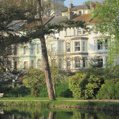 Stunning Location opposite park.  Off road parking - Hastings - Hus