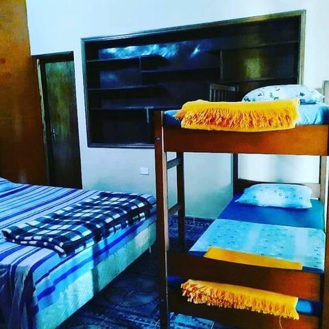 Habitación con dos literas y una cama matrimonial