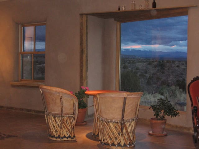 Romantic Getaway Adobe Studio Near Hot Springs - Ojo Caliente - Casa