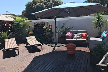 Family home close to airport, pool and beaches - Botany