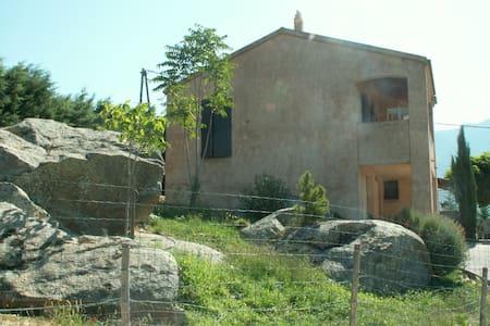rez chaussée indépendant sur jardin - Calacuccia - Σπίτι