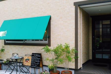 ❤別府駅徒歩5分❤1軒家❤「森のカフェ」2階の2ベッドルーム❤最大7名まで宿泊可能