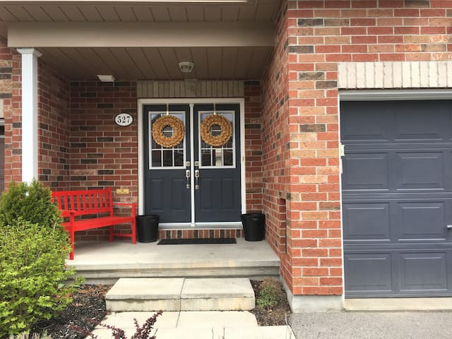 YOUR HOME AWAY FROM HOME IN FAMILY FRIENDLY KANATA
